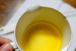 蜜蝋とホホバオイルを耐熱容器に入れる